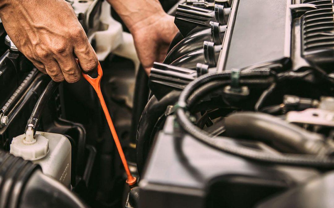 ¿Cómo revisar el nivel de aceite del coche?